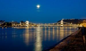Dunarea noaptea - Dunăre, Dunăre, / Drum fără pulbere / Și fără făgaș, / Inima-mi secaș'!...(Baladă populară) - Greenly Magazine