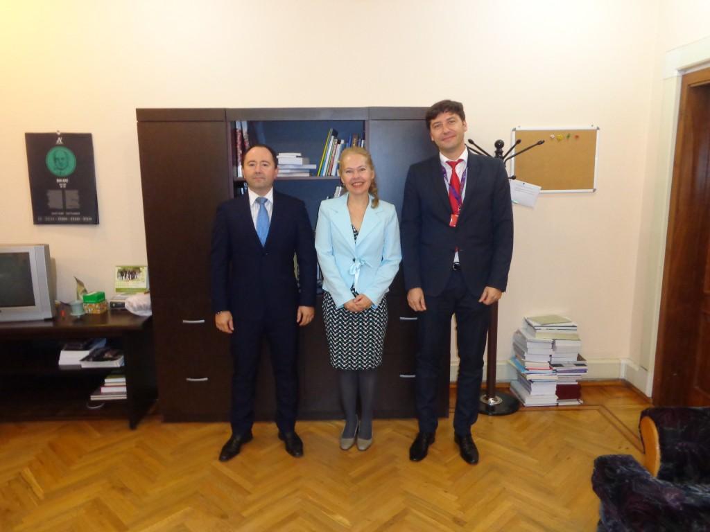 Cu Excelenţa Sa Domnul Ambasador al Romaniei in Azerbaidjan Dan Iancu (stanga imaginii) şi cu Domnul Consul Ciprian Mirică (dreapta imaginii)