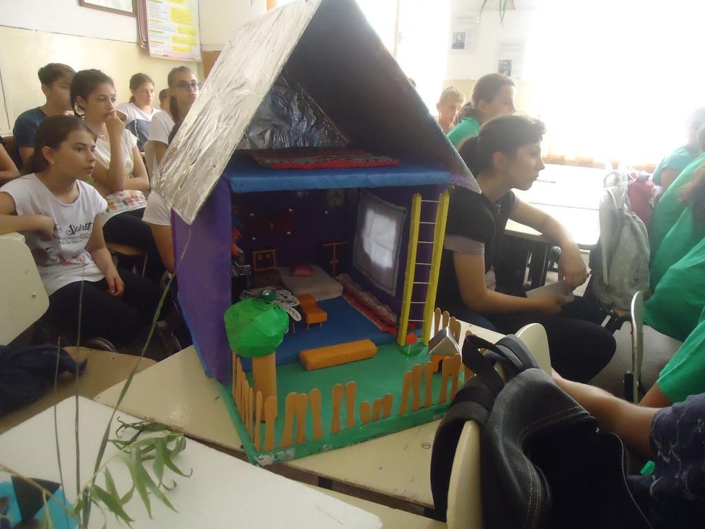 Interiorul unei case reconstruit de elevii din Valea Argovei