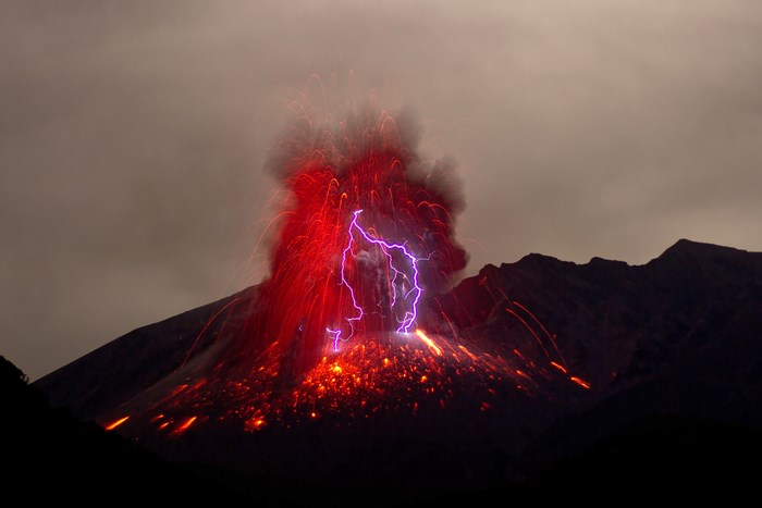Figura 2 - Fulger apărut în urma unei erupții vulcanice  (https://mocah.org/5293545-volcano-storm-lightning-night-dark-fire-flames-smoke-red-eruption-mountain-cloud-landscape-lava-flash-volcanic-lightning-japan-sakurajima-spark-vulcano-free-pictures.html)